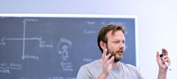 Michael Pedersen underviser på et af CBS Executives sommerskolekurser