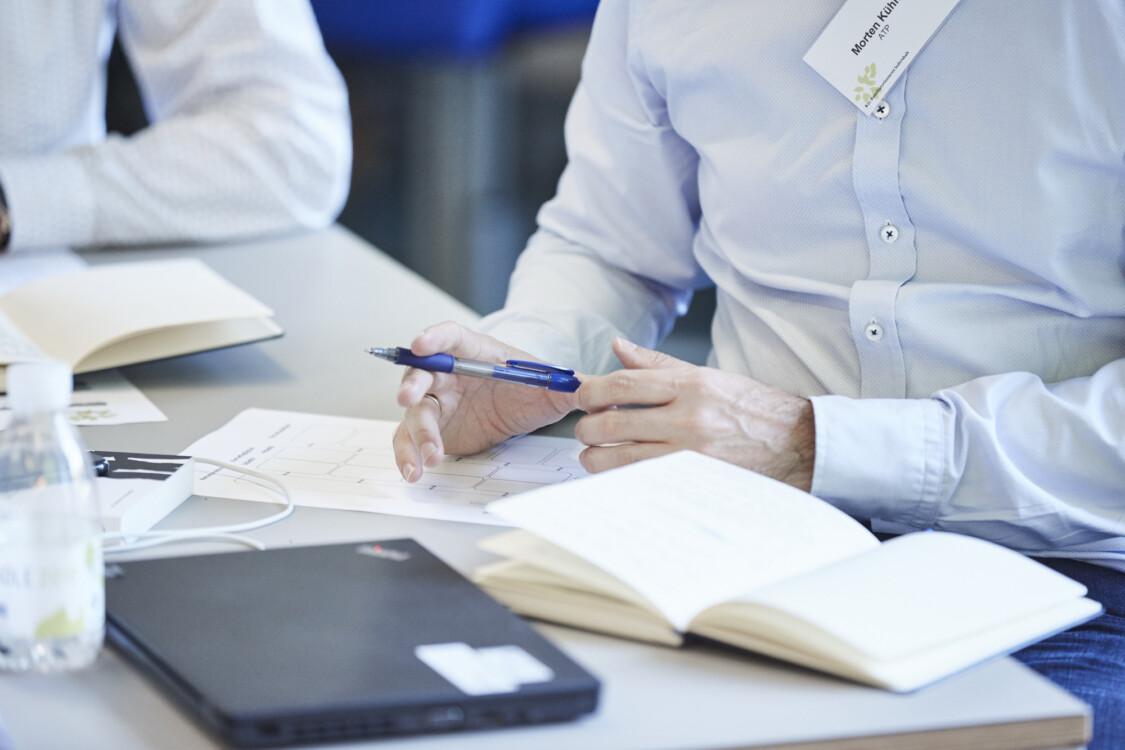 Baggrundsbillede med notesbog og kursus materiale