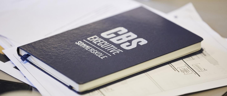 Baggrundsbillede med CBS Executive Sommerskole bog