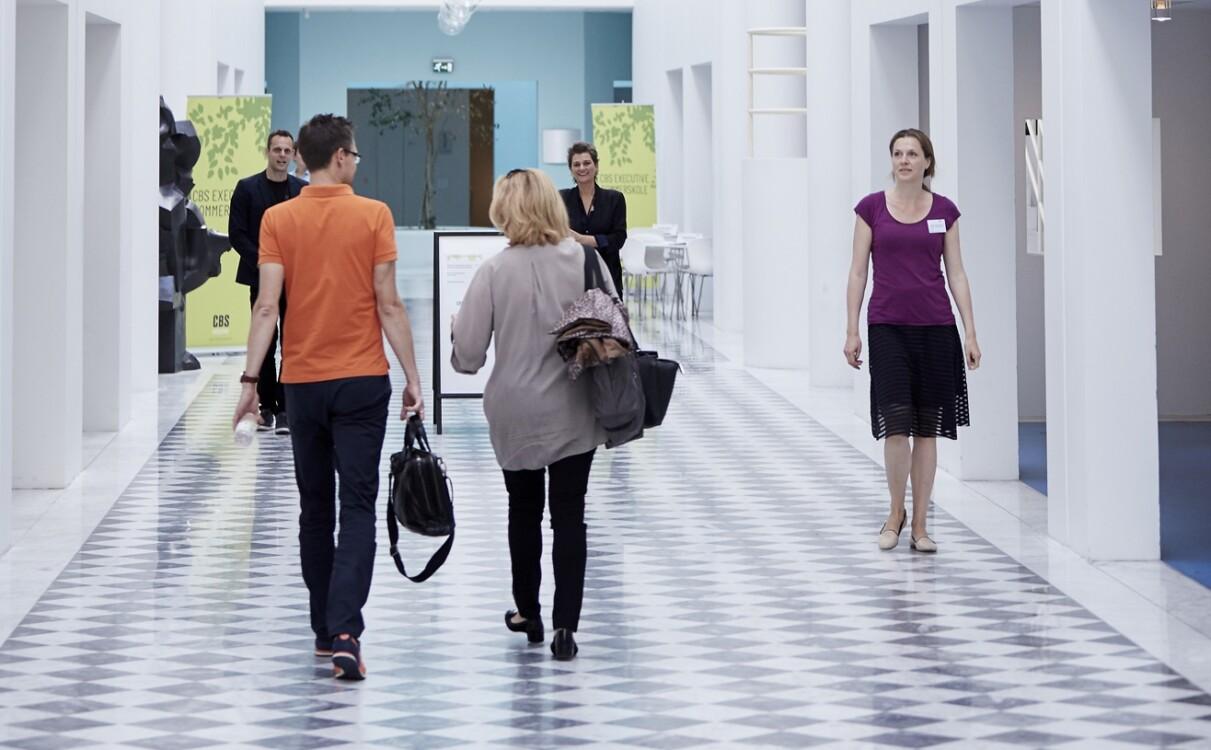 Kursusdeltagere ankommer til kursus hos CBS Executive