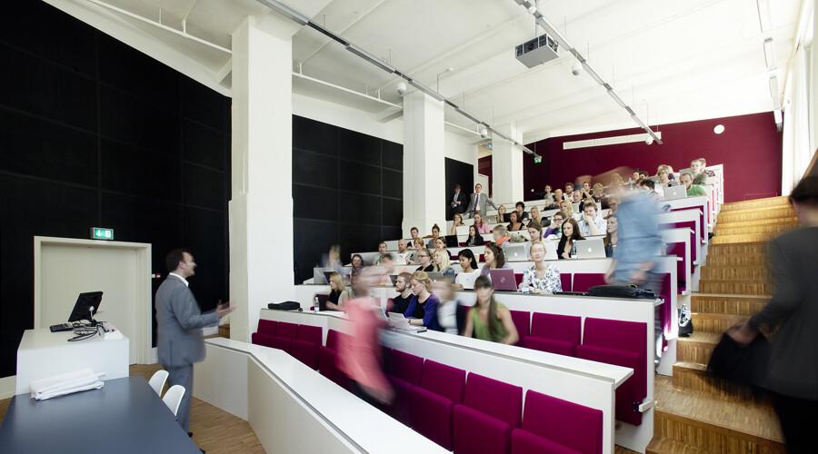 Underviser og klasse på Porcelænshaven, 22, Frederiksberg, DK, CBS, Henning Larsens Tegnestue