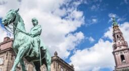 Baggrundsbillede med statue og slot