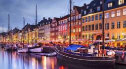 Baggrundsbillede af Nyhavn med både