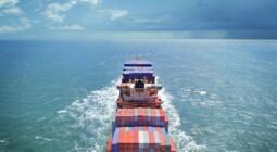 Fyldt containerskab på havet