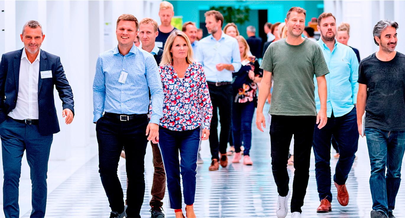 Billede af gående deltagere til kursus hos CBS Executive