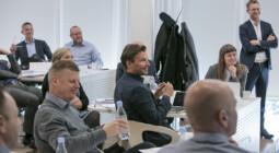 Billede af deltagere der lytter til oplægsholder i forbindelse med et kursus