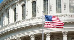 Billede af Kongressen i USA med et flag i forgrunden