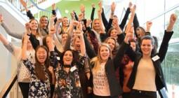 Billede af et jublende og glædesfyldt Leading Women-hold